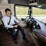 מרצדס משאית העתיד 2025 נהג בנסיעה